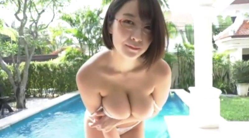 紺野栞 眼鏡美人のOLが衣服を脱いでたわわなHカップ巨乳を寄せてアピールしてくる