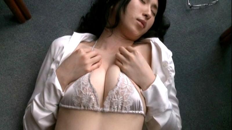 北谷ゆり スーツを着たOL美女がYシャツのボタンを外し巨乳を寄せてアピールしてくる