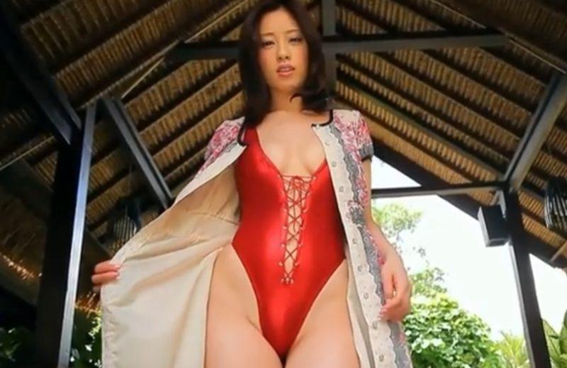 野田彩加 ワンピースの下にハイレグ水着を着こんでる巨乳グラドルがエロかった