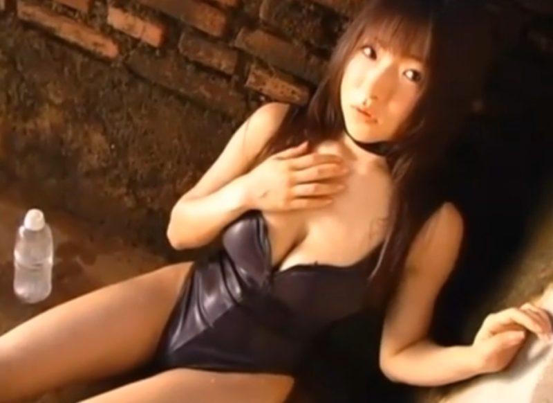 堀井美月 水着に付いてるジッパーを下ろしてエロい谷間で誘惑するIカップ爆乳アイドル