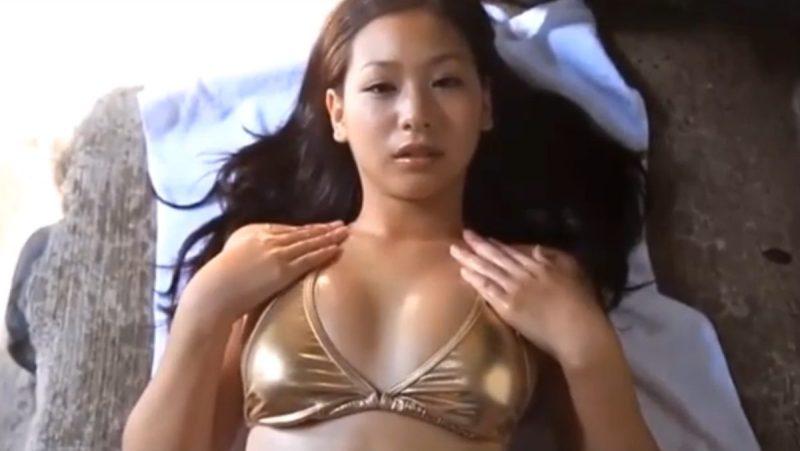 佐山彩香金色のテカテカ水着で華麗に魅せるFカップ巨乳アイドル